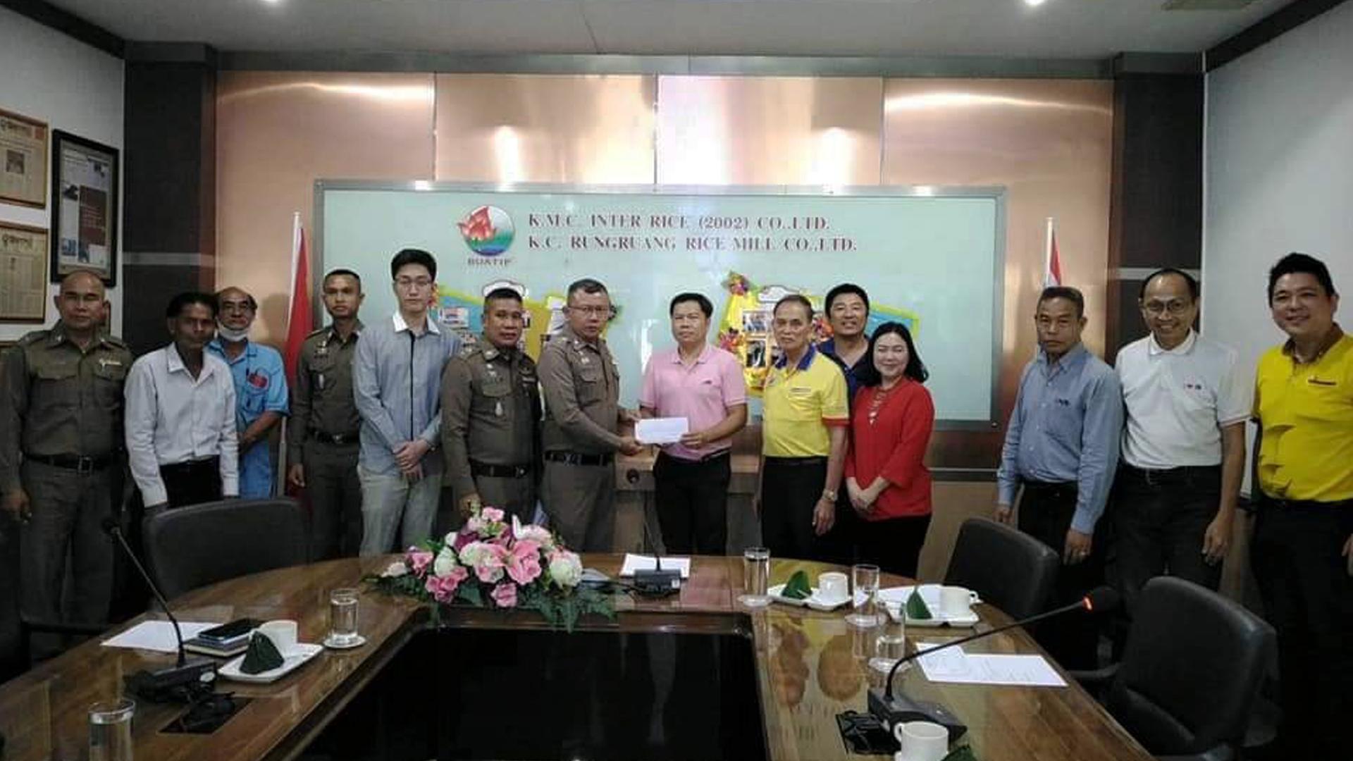 บจก.สยามเหล็กไทย อุตสาหกรรม ร่วมบริจาคสมทบทุนค่าใช้จ่าย เพื่อปรับปรุง ซ่อมแซมตกแต่งสถานีตำรวจเมืองไหม